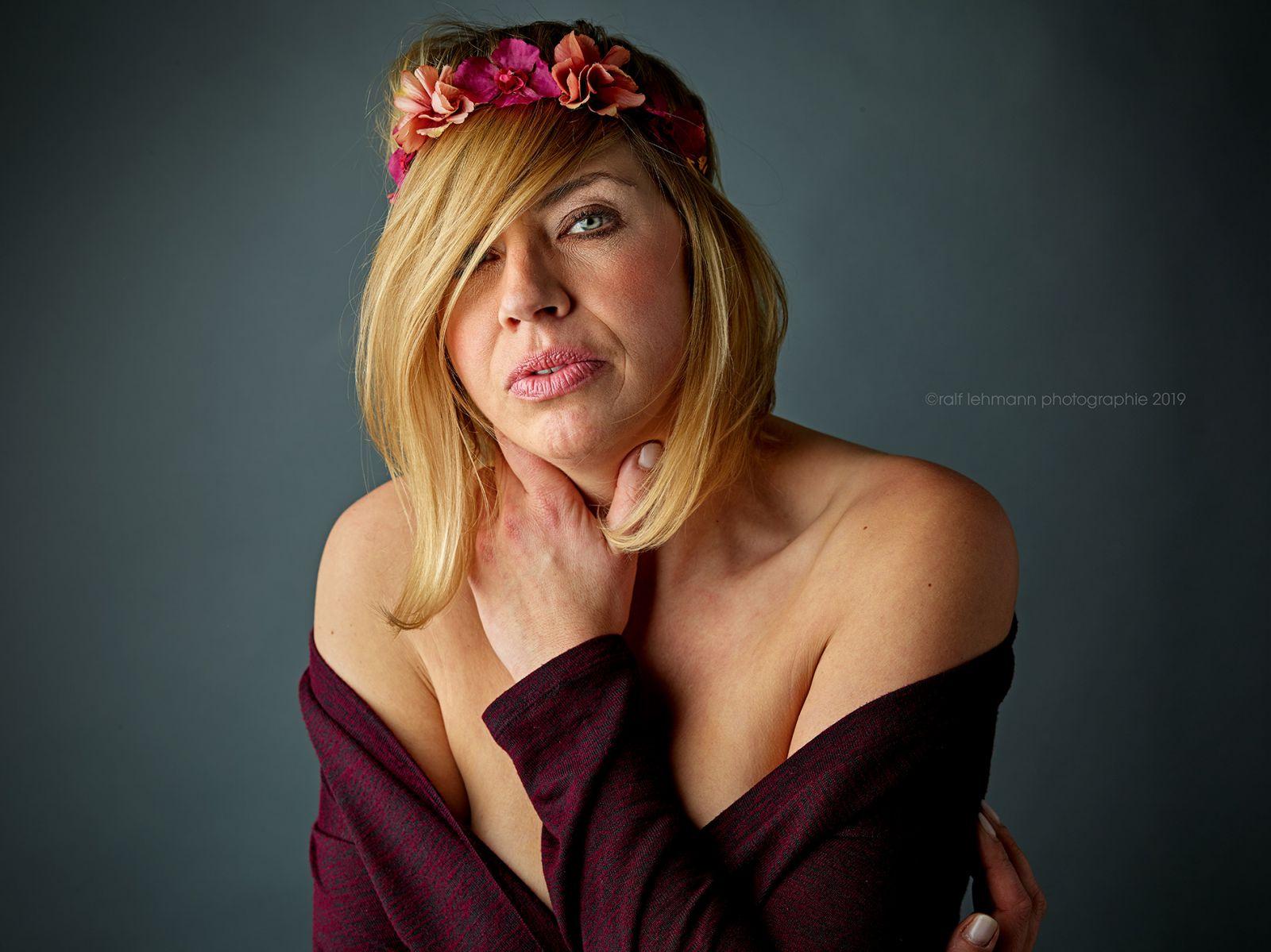 Bild einer jungen Frau mit Blumenkranz im Haar. Entstanden in meinem Photostudio in Remscheid.