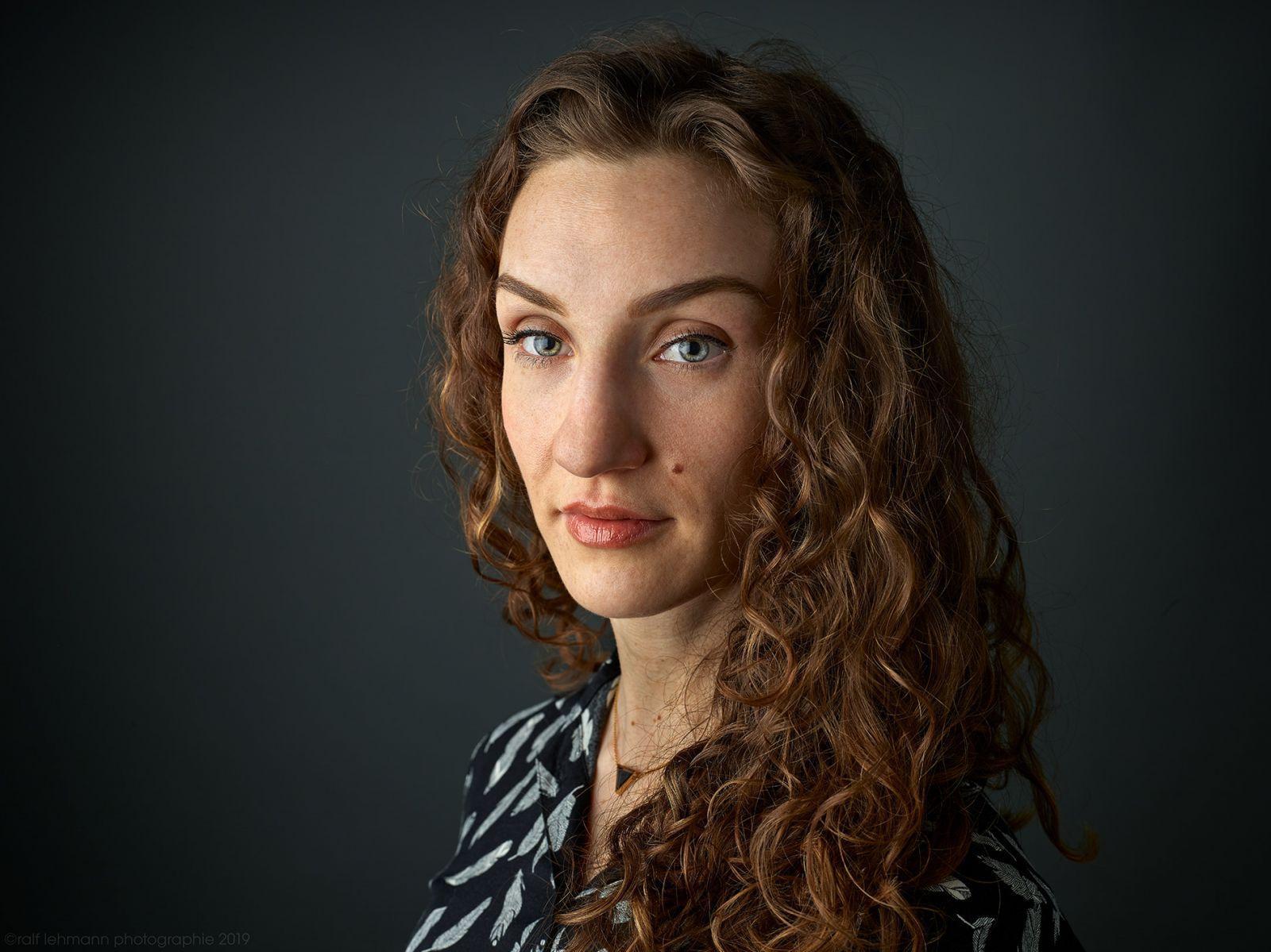 Portrait einer jungen, dunkelhaarigen Frau. Entstanden in Wuppertal.
