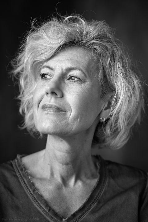 Portraitfotografie Solingen: Licht und Schatten ausgewogen abzubilden ist eine Form der künstlerischen Fotografie. Ich habe viel Erfahrung mit der Lichtsetzung bei Portraits. Seit meinem Studium an der BUGH Wuppertal setze ich Licht für Portraits. Meine Kunden sagen immer: Tolles Licht.
